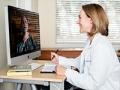 Medico conversando con un paciente a través de la computadora