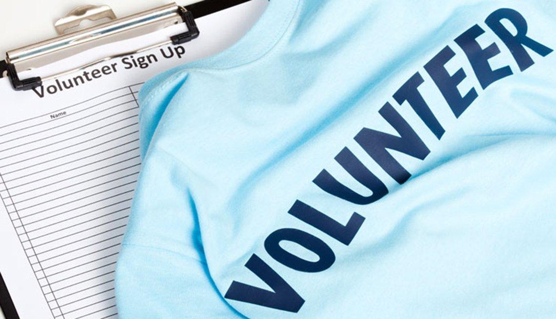 Una camiseta de voluntario y una tablilla para que los voluntarios se inscrtiban