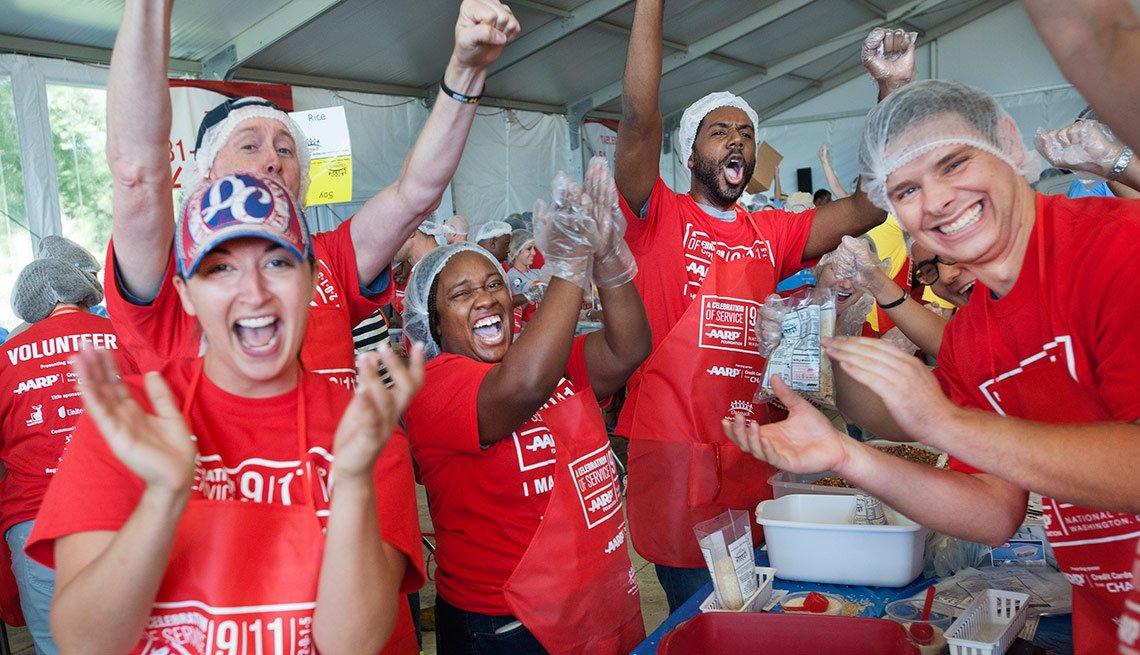 Voluntarios de AARP empacan comida durante un evento de servicio comunitario en Washington, D.C.