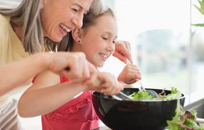Abuela cocinando con su nieta