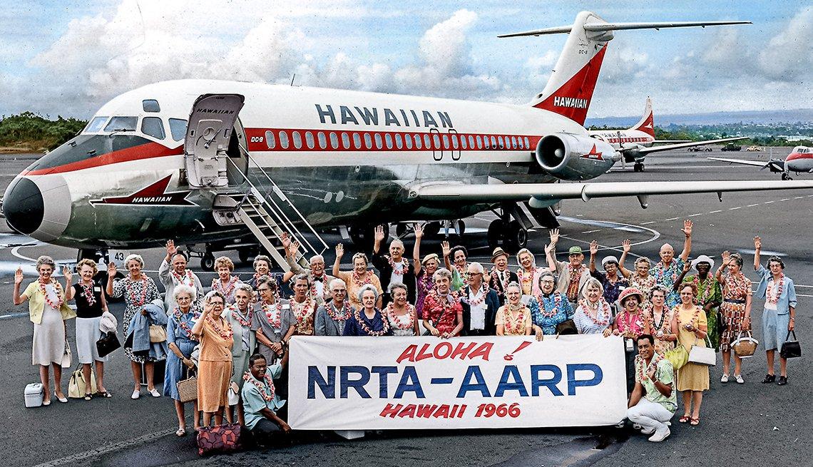 Grupo de turistas mayores acabados de aterrizar en Hawai
