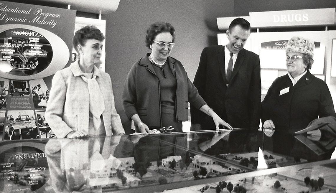 item 4 of Gallery image - Tres mujeres y un hombre alrededor de un modelo conceptual del esquema de un desarrollo urbano.