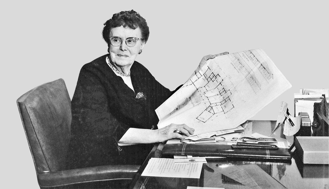La fundadora de AARP, Ethel Percy Andrus, trabajando en su escritorio