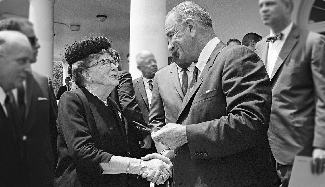Presidente Lyndon B. Johnson le entrega a Ethel Percy Andrus el bolígrafo que usó para firmar el Older Americans Act