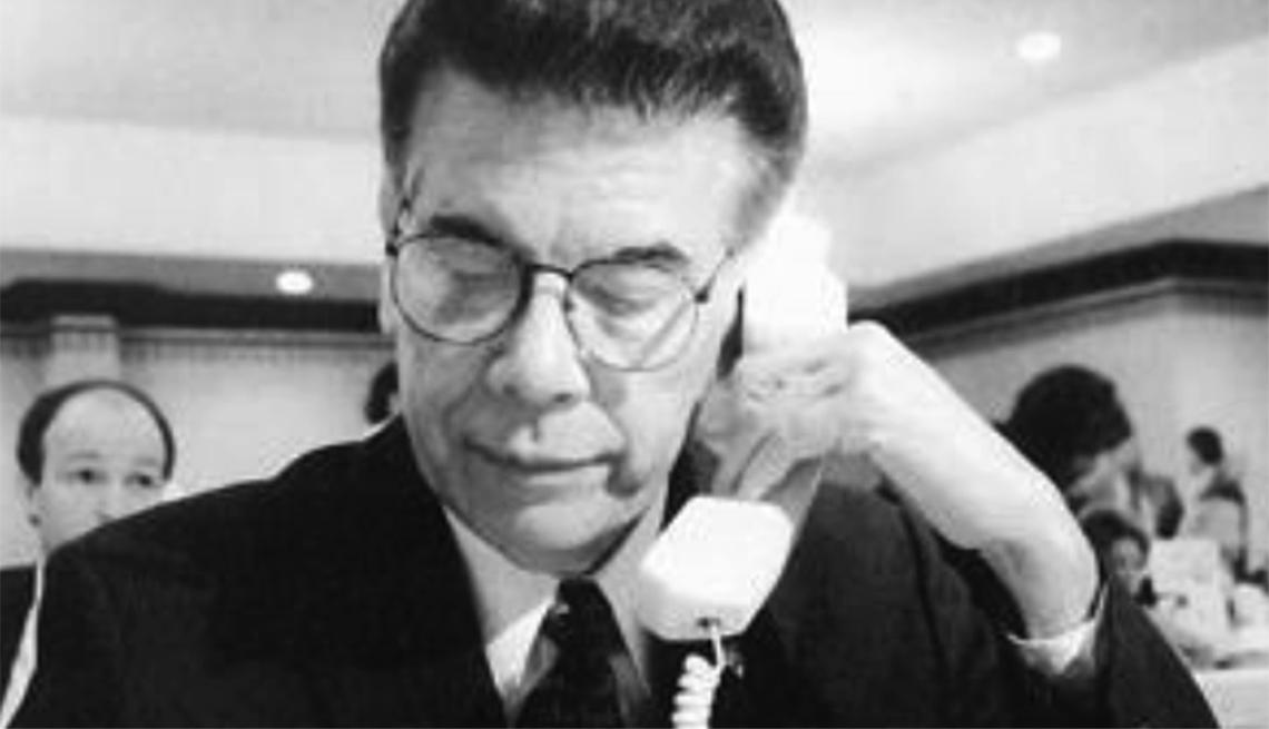 Charles Mendoza hablando por teléfono