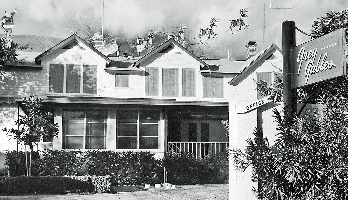 Foto antigua del exterior de una casa con rótulo de Grey Gables