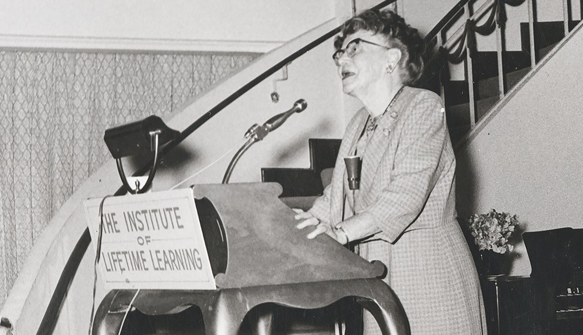 "item 3, Gallery image. La Dra. Ethel Percy Andrus da un discurso sobre el instituto de aprendizaje, ""The Institute of Lifetime Learning""."