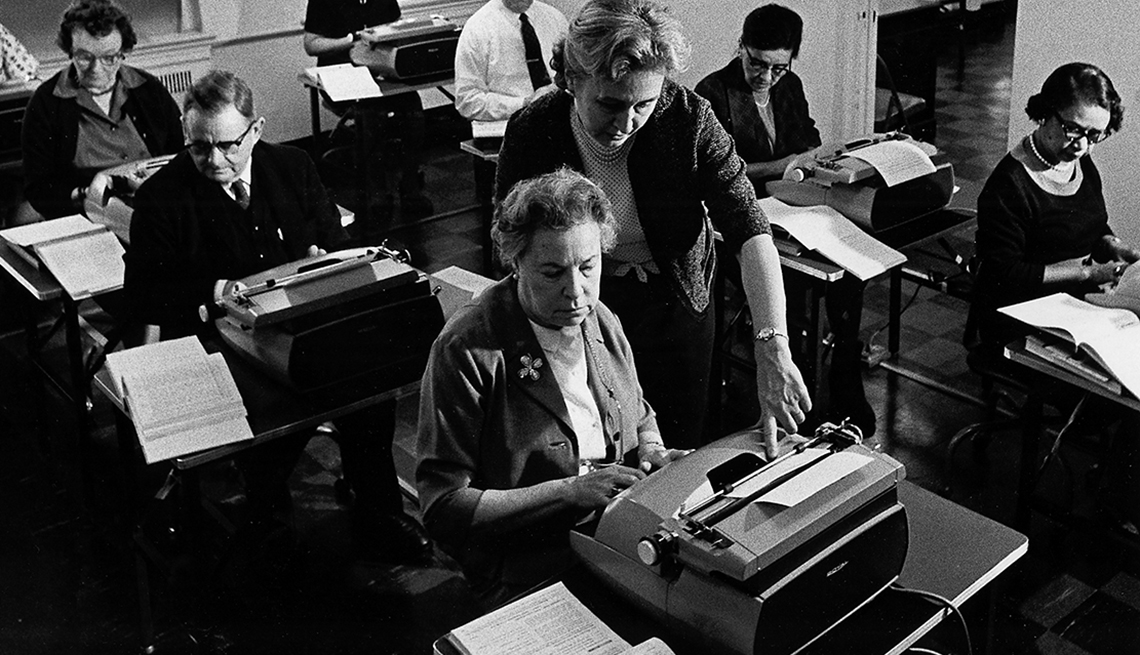 Gente mayor practicando mecanografía en un aula