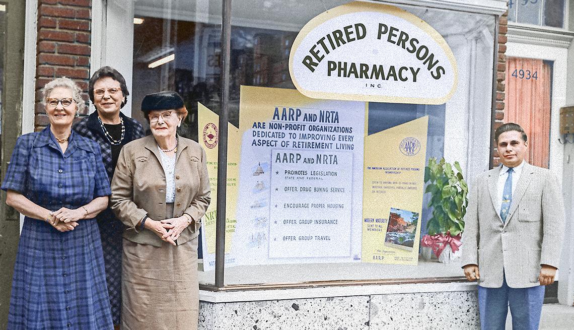 "La Dra. Ethel P. Andrus y otras personas posando frente a la vitrina de la farmacia ""Retired Persons Pharmacy."""