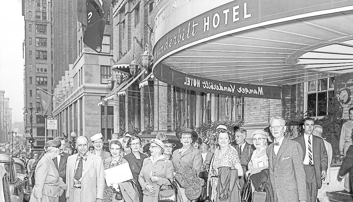 Grupo de personas en frente del Vanderbilt Hotel en Nueva York