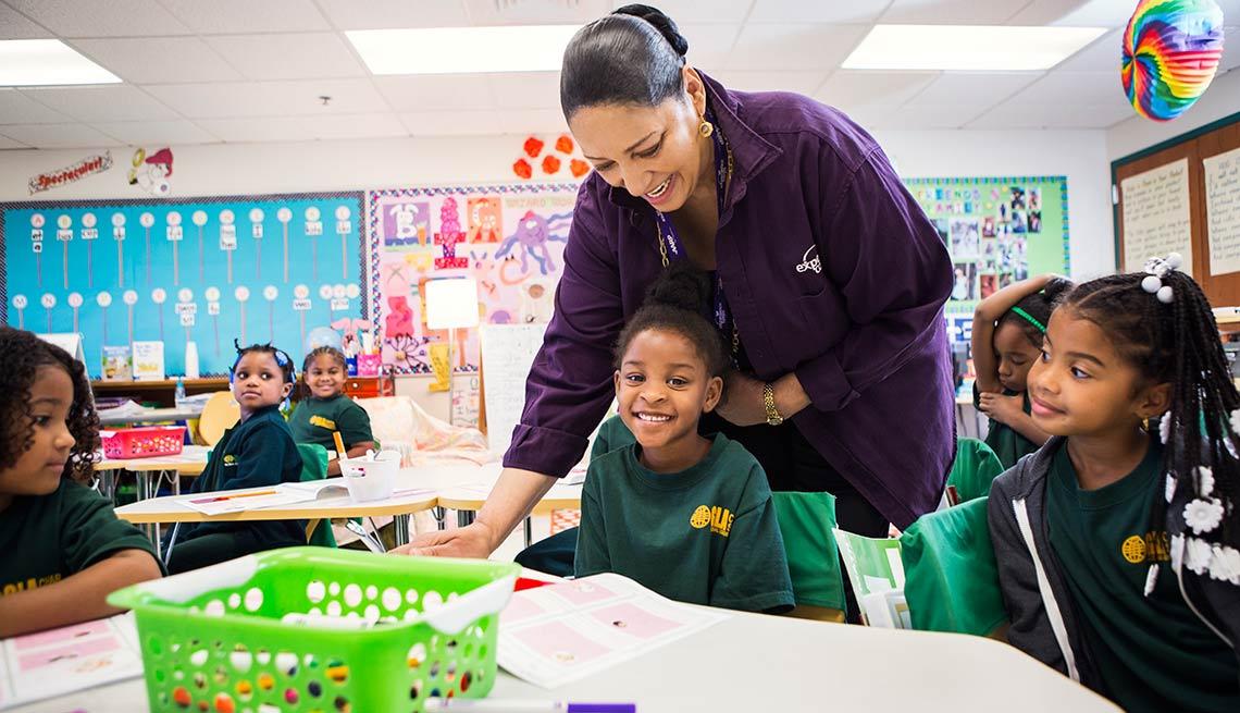 Voluntaria de AARP Foundation Experience Corps, Delores Muldrew, trabaja con estudiantes