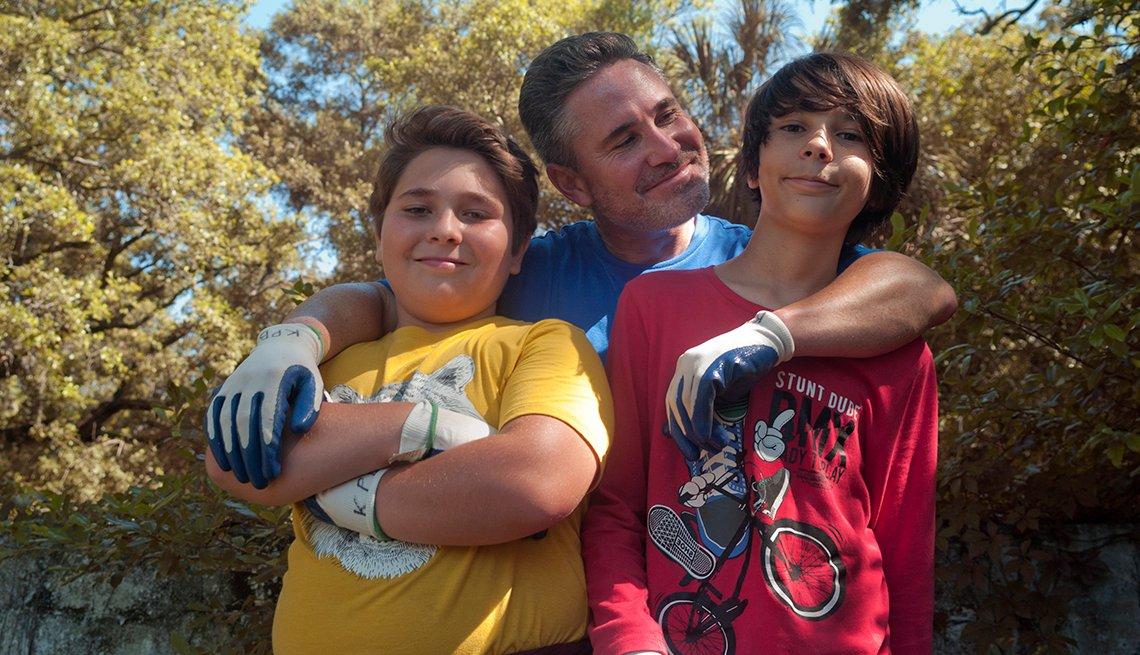Ben Smet posa con sus dos hijos