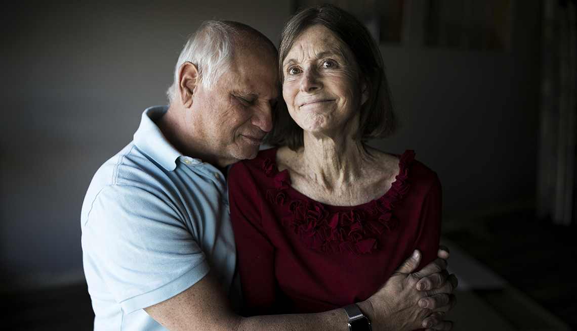 Un hombre abrazando a su esposa