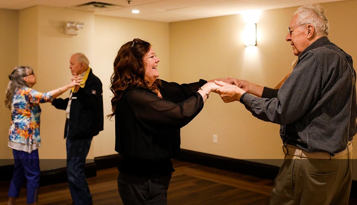 Dos parejas mayores bailando