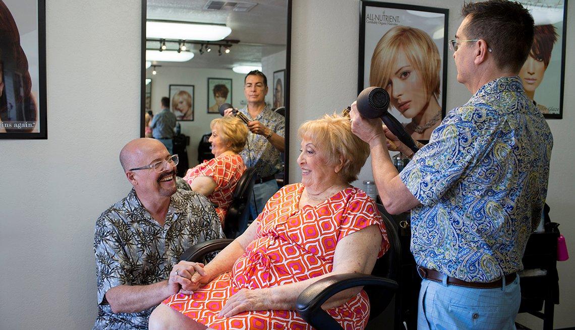 George Burson, de 65 años, y su marido, David Samora, de 58, junto a Gina, la madre de 88 años de Burson en el salón de belleza
