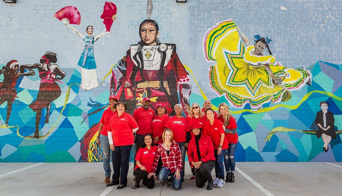 Los voluntarios de AARP crearon un mural con temas de Lone Star