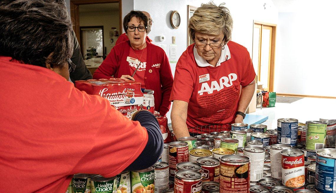 Joyce Williams clasifica latas de comida durante la colecta anual de alimentos Soup for Seniors