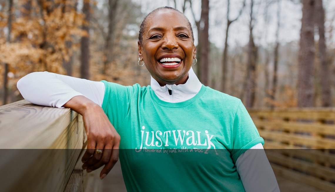 Mujer mayor sonriente al aire libre caminando
