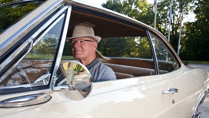 Les Pence en su 1965 Chevy Corvair Monza-AARP programa de seguridad de los conductores ayuda a los conductores mayores
