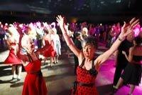 Gente bailando en un carnaval