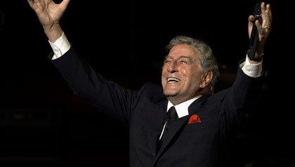 Cantante Tony Bennett en el Davies Symphony Hall en Mayo del 2010, San Francisco, California. Tony Bennett se une a AARP en su campaña para combatir el hambre.