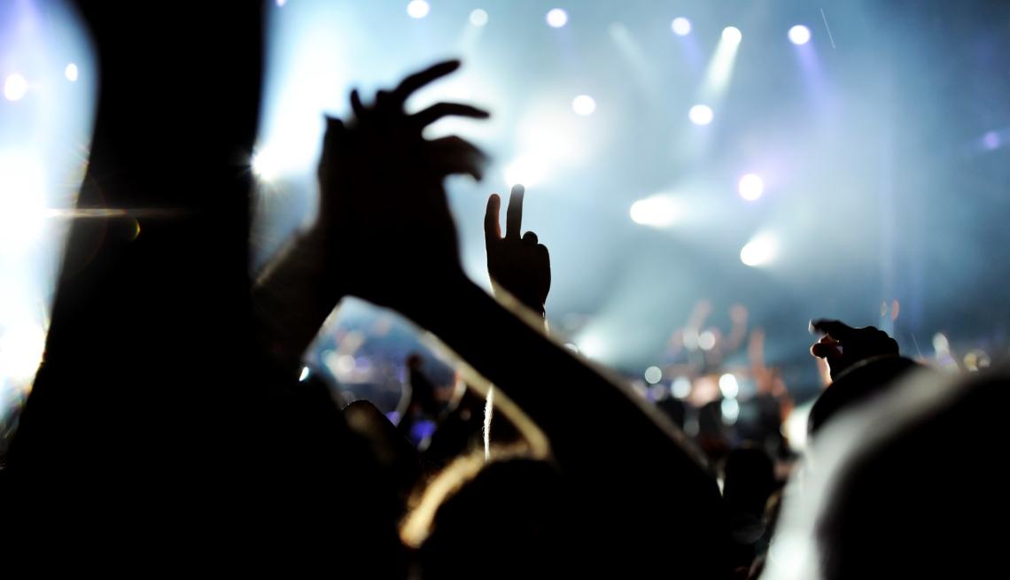 Multitud con manos arriba durante concierto