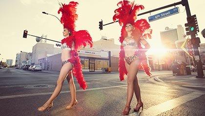 Actividades en Las Vegas, Nevada- dos coristas caminan por las callea de Las Vegas