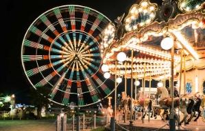 Rueda chicago y carrusel de la Georgia State Fair iluminados de noche