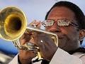 Hombre tocando la trompeta en festival de jazz