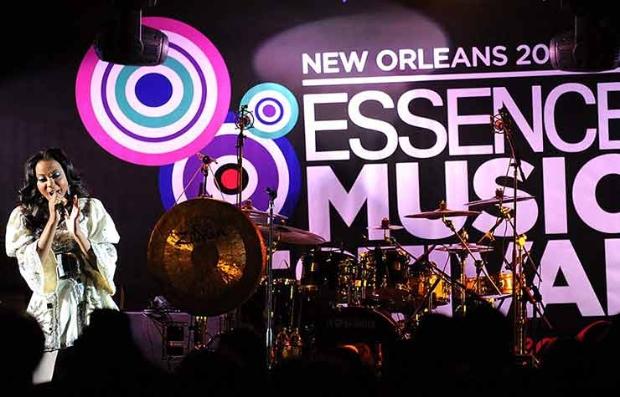 Mujer cantando en escenario en Nueva Orleans