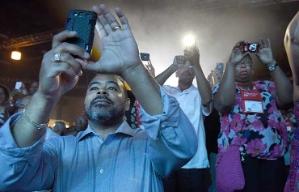 Participantes de evento tomando fotos