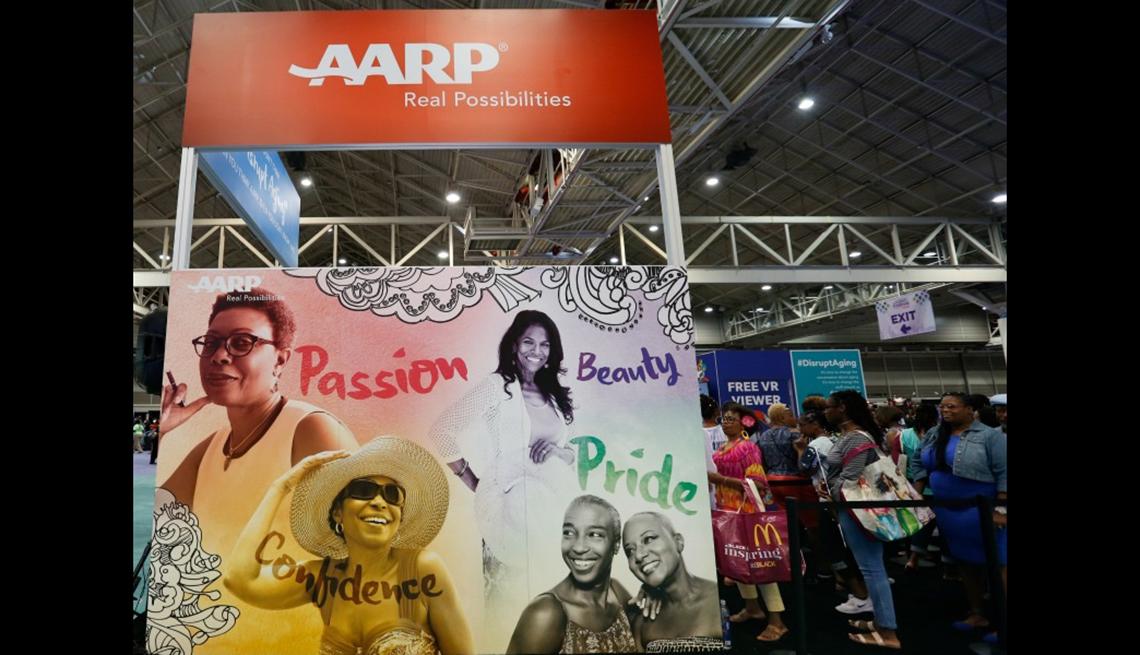 Personas en la tienda de AARP en el Essence Festival en Nueva Orleans.
