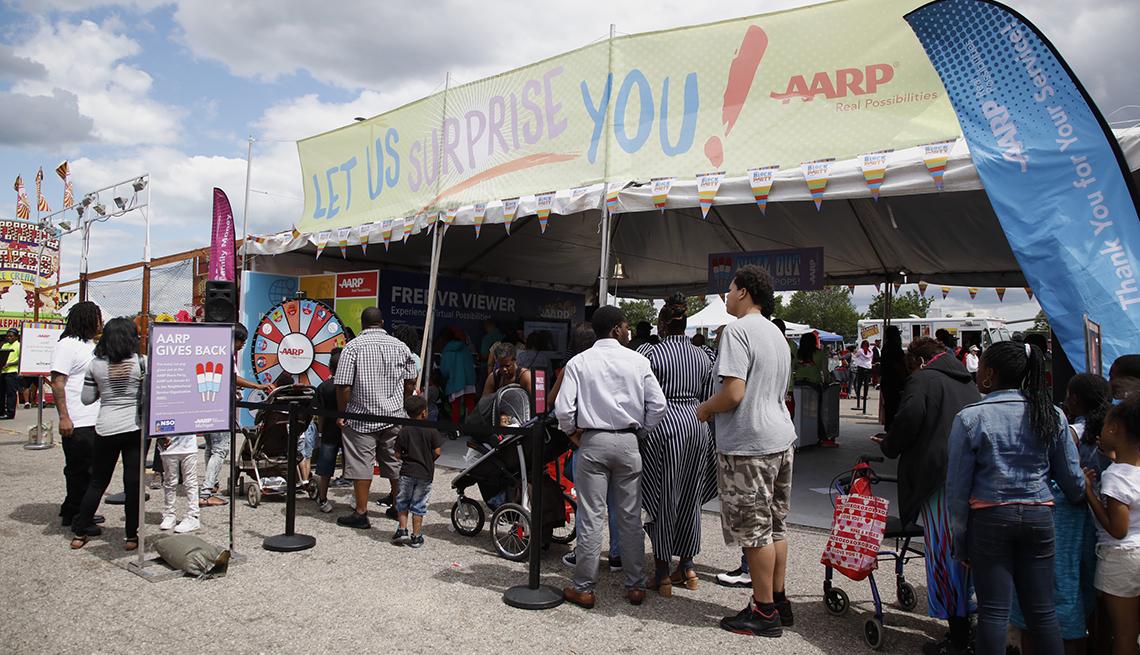Personas a la espera de un turno para entrar al puestro de AARP en el  MacDill Fest en la base aerea de MacDill cerca a Tampa, Florida