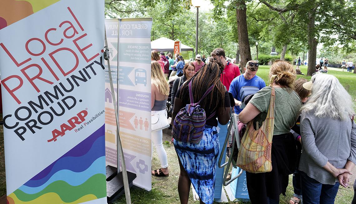 Visitantes en la tienda de AARP en el Twin Cities Pride Fest en Minnesota