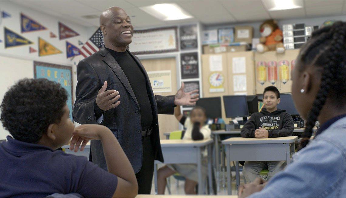 Wintley Augustus Phipps, ganador del Premio Propósito de AARP, habla con niños en una escuela.