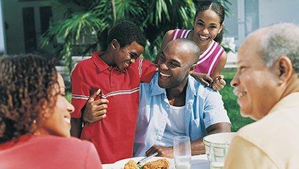 Familia compartiendo al aire libre - Mes de la Historia Afroamericana