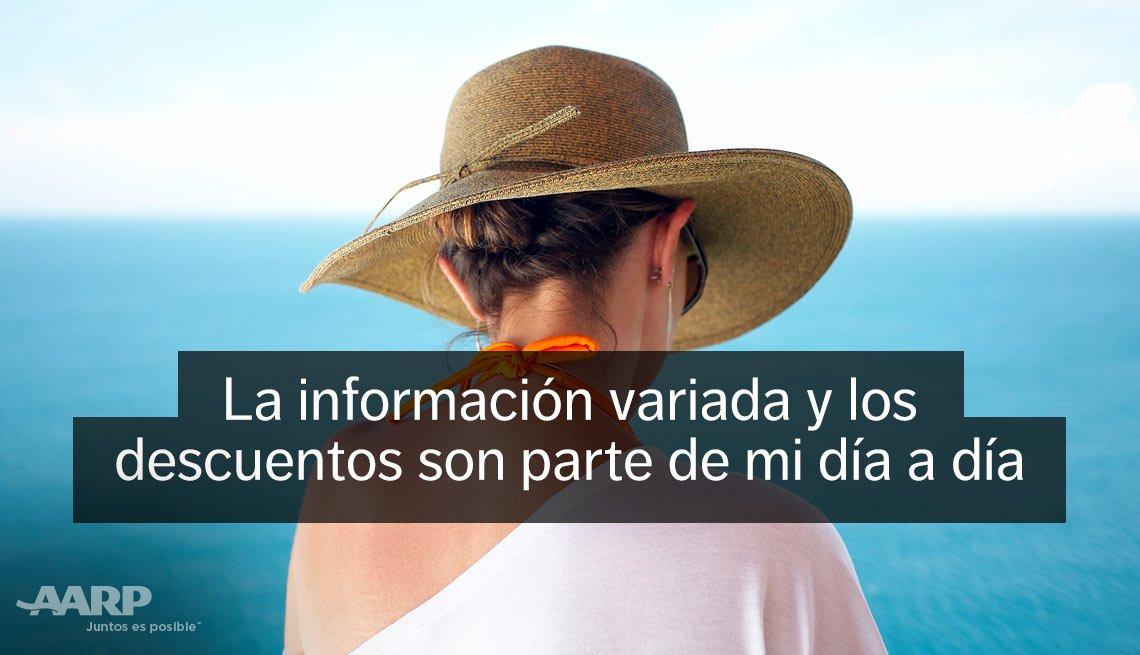 Mujer de espaldas y con sombrero frente a una playa