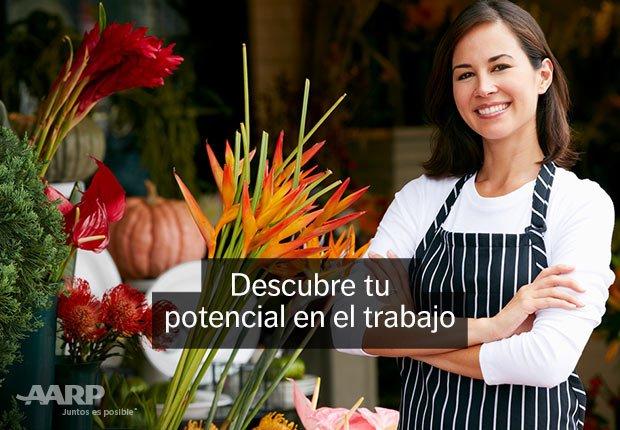 Mujer sonriendo en su floristería