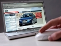 Compra tu próximo auto sin complicaciones - Persona buscando carro en Internet