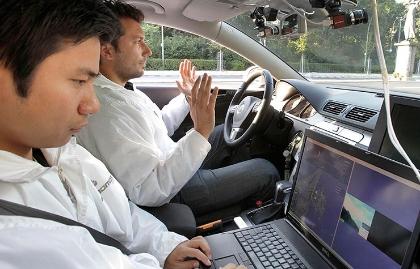 Piloto de auto conduce sin tener las manos en el volante