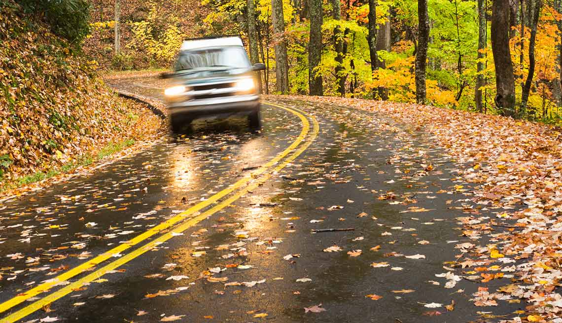 Auto transita por una carretera entre las montañas