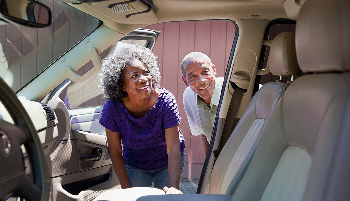 Couple looks at car interior, Auto Buying Program