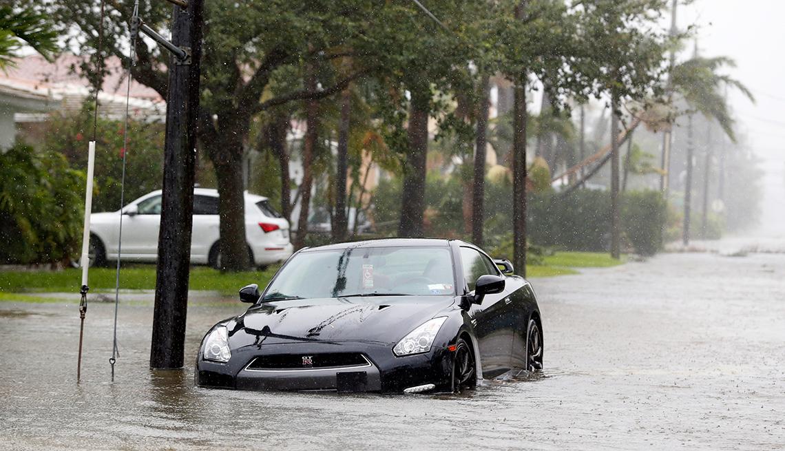 Cómo evitar caer en la trampa de comprar autos inundados - Auto inundado en un área de desastre