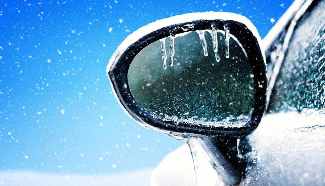 Espejo lateral de un auto congelado