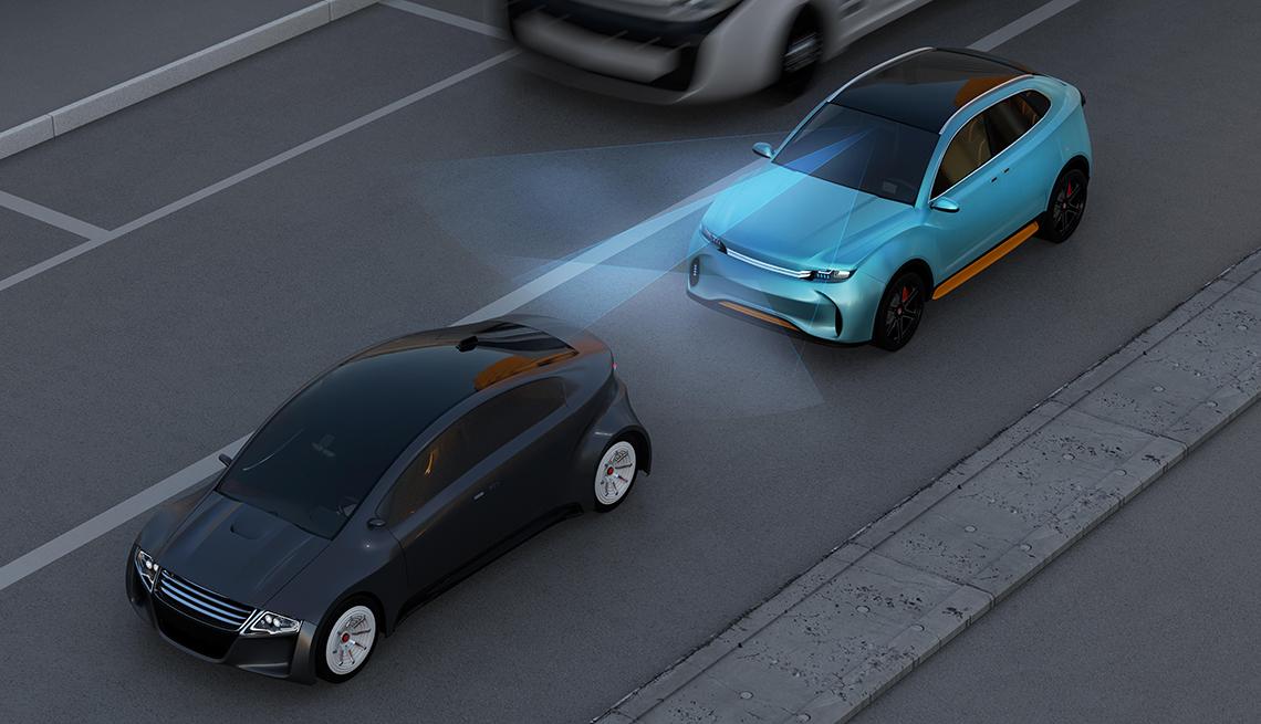 Sistema de frenado automático de un automóvil evita chocarse con otro auto.