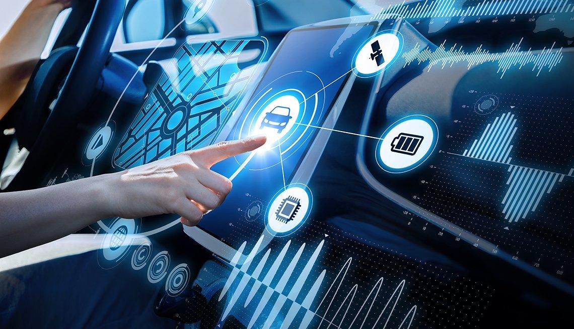 Una persona manipula la consola de un vehículo futurista, una interfaz gráfica.