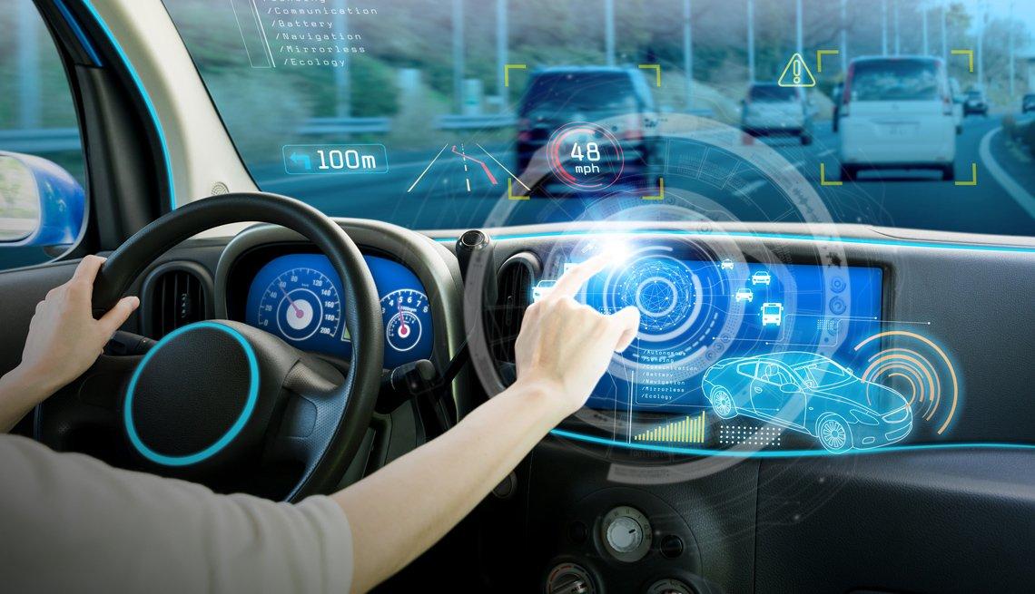Persona manipula la pantalla táctil de un automóvil.
