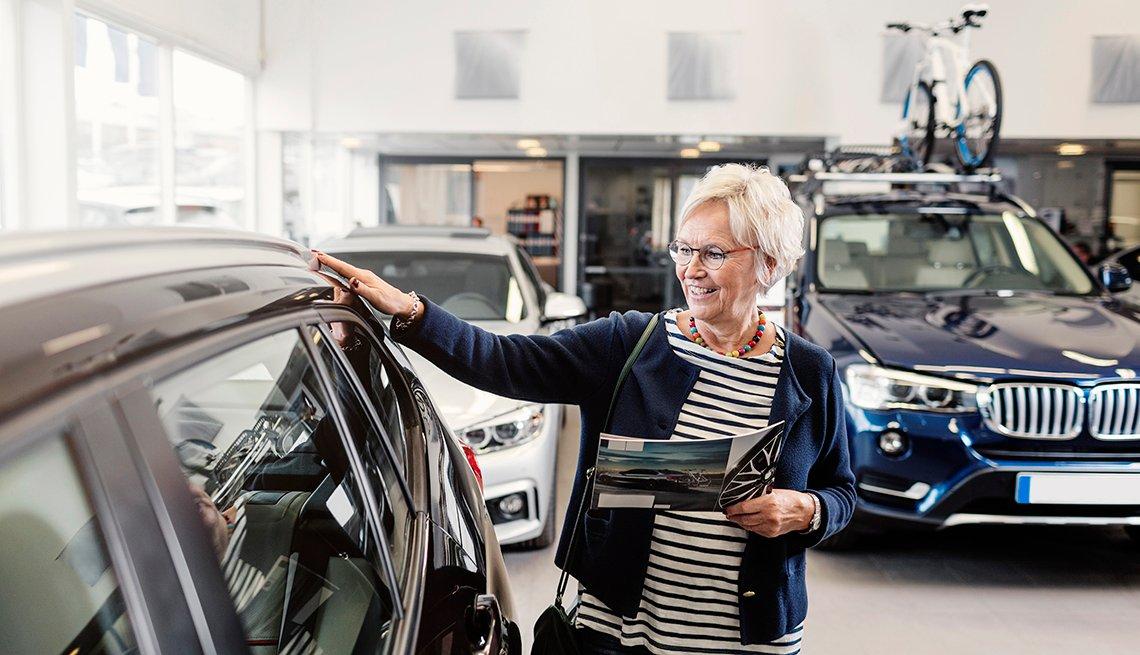 Mujer compra un automóvil en un concesionario