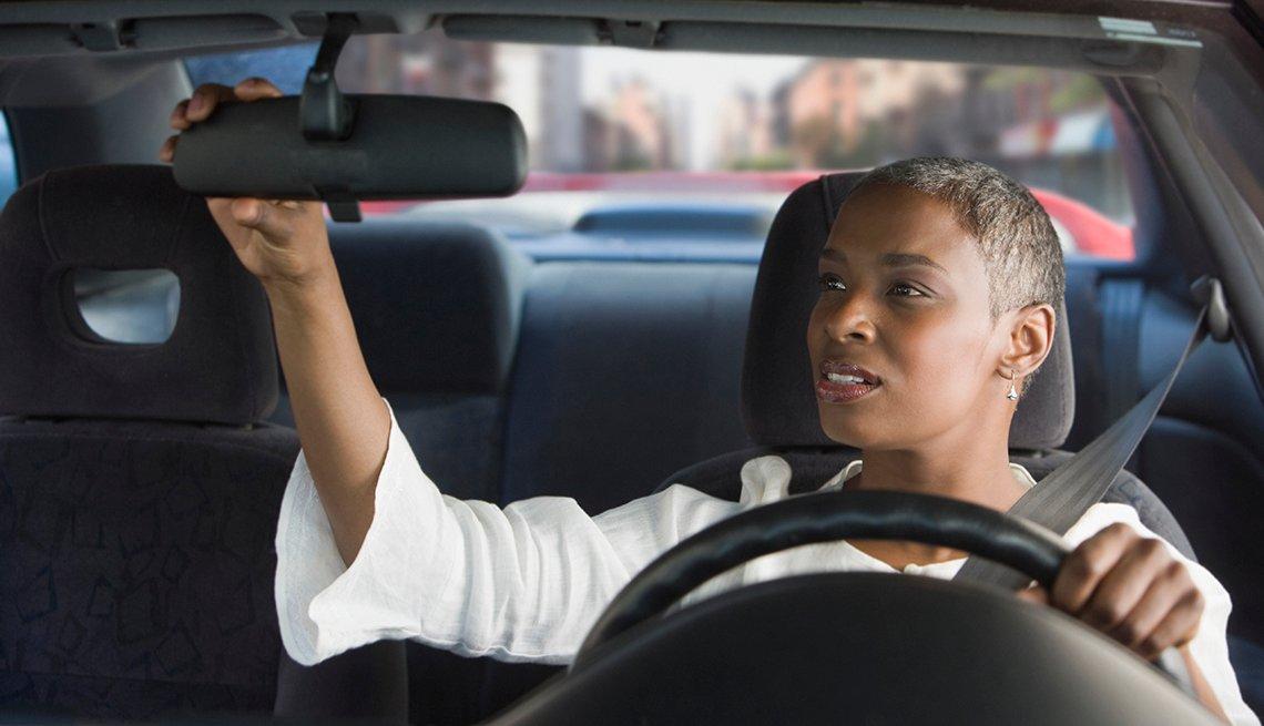 Mujer en un automóvil