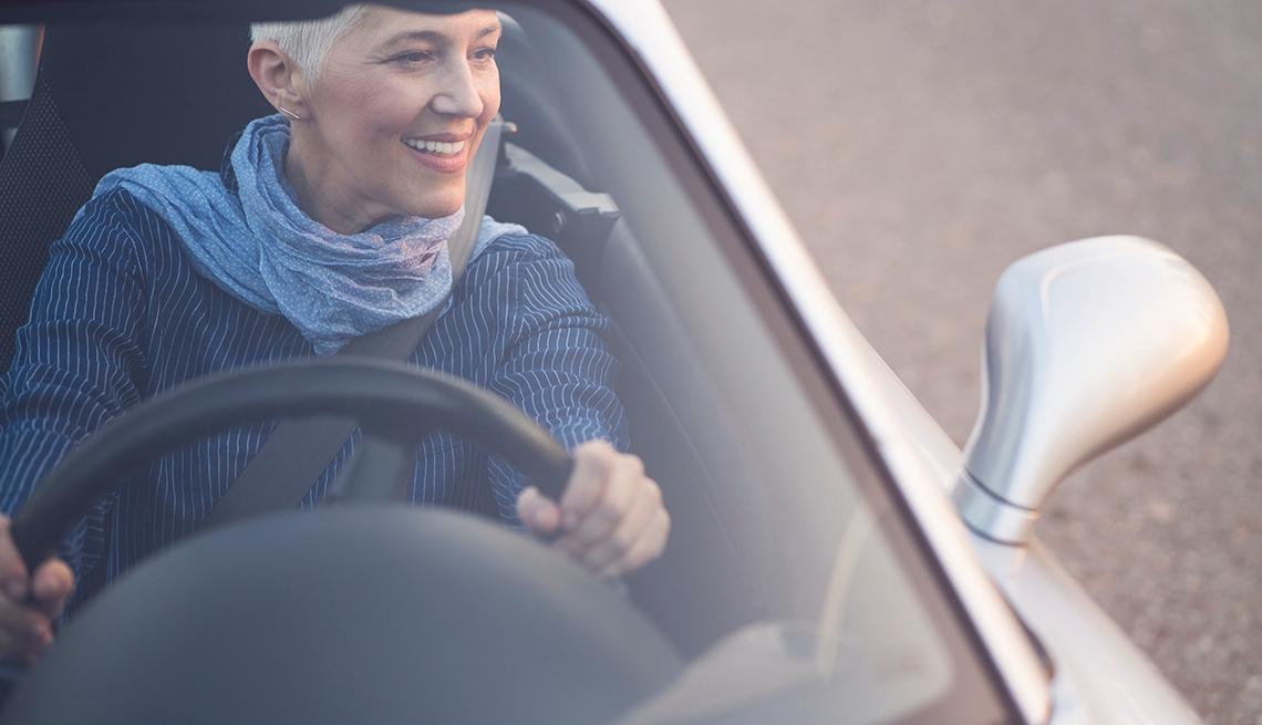 Mujer maneja un auto